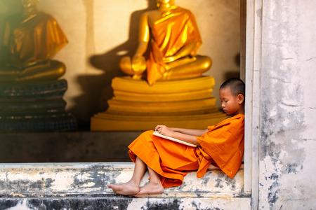 Novice schlafen auf der Terrasse nach harten Studie Disziplin außerhalb des Buddha-Status. Tempel in Thailand. Standard-Bild - 58189793