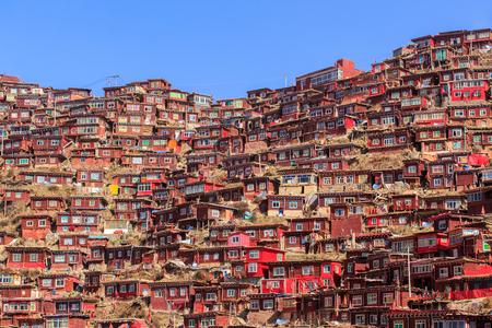 햇볕 하루 및 백그라운드에서 Larung gar (불교 아카데미)에서 상위 뷰 수도원은 푸른 하늘, 사천, 중국