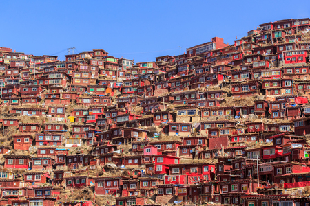 Top view monastery at Larung gar (Buddhist Academy) in sunshine day and background is blue sky, Sichuan, China Standard-Bild