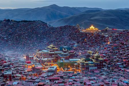 황혼 시간, 사천, 중국에서 Larung gar (불교 아카데미)에서 탑 뷰 수도원 에디토리얼