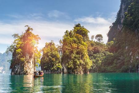 아름 다운 산 호수 강 하늘과 Ratchaprapha 댐 카 오락 쏙 국립 공원, 수 랏 타 니 주 태국에서 자연 명소. 스톡 콘텐츠