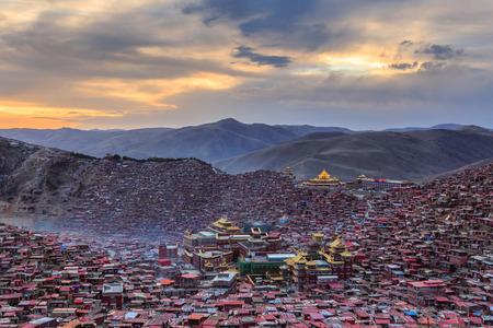 일몰 시간, 쓰촨 성, 중국에서에서 Larung gar (불교 아카데미)에서 상위 뷰 수도원