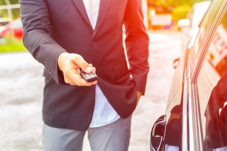 원격 제어 자동차 경보 시스템의 남성 핸드 프레스