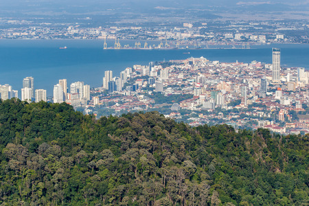 조지 타운, 페낭 언덕 꼭대기에서 페낭 섬, 말레이시아의 수도의 상위 뷰. 스톡 콘텐츠