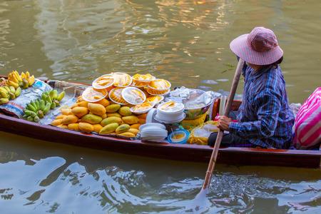 방콕, 태국 근처 Ratchaburi에서 Damnoen Saduak 떠있는 시장 스톡 콘텐츠