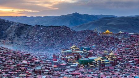 Panorama vue de dessus monastère à Larung gar (Académie bouddhiste) au coucher du soleil, Sichuan, Chine Banque d'images - 75628087