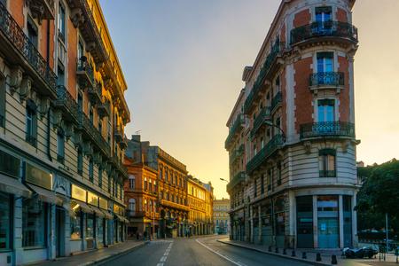Estrecha calle histórica con edificios antiguos en Toulouse, Francia Foto de archivo - 74537906