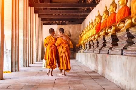 걷고 Ayutthaya 지방, 태국에서 오래 된 사원에서 이야기하는 두 초보자 스톡 콘텐츠