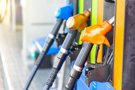 다채로운 연료 펌프  태국의 주유소에서 연료 노즐 스톡 콘텐츠