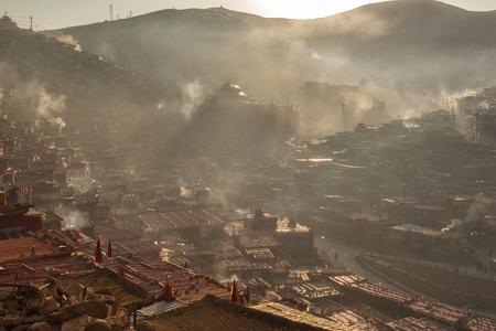 Monastère vue de dessus à larung gar (académie bouddhiste) dans un matin chaud et brumeux, sichuan, chine Banque d'images - 78331282