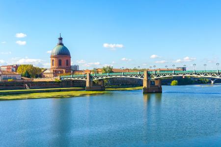 サン ・ ピエール橋の Vew ガロンヌ川、フランスのトゥールーズにドーム ・ デ ・ ラ ・ グラーヴ