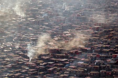 Monastère vue de dessus à Larung gar (Académie bouddhiste) dans un matin chaud et brumeux, Sichuan, Chine Banque d'images - 81034933
