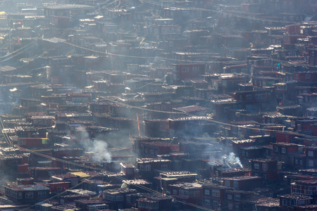 Monastère vue de dessus à larung gar (académie bouddhiste) dans un matin chaud et brumeux, sichuan, chine Banque d'images - 83288468