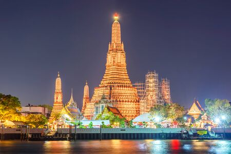 방콕, 태국에서 와트 아 룬 야경 사원 에디토리얼