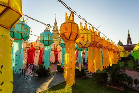 Colorful Lamp Festival and Lantern in Loi Krathong at Wat Phra That Hariphunchai, Lamphun Province, Thailand Stockfoto