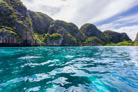 Beautiful tropical island bay at Maya Bay on Phi Phi Leh Island in sunshine day, Krabi Province, Thailand Stockfoto
