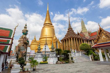 Temple of the Emerald Buddha or Wat Phra Kaew temple, Bangkok, Thailand Standard-Bild - 160725304
