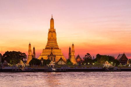 Wat Arun (Temple of dawn) and the Chao Phraya River, Bangkok, Thailand Standard-Bild