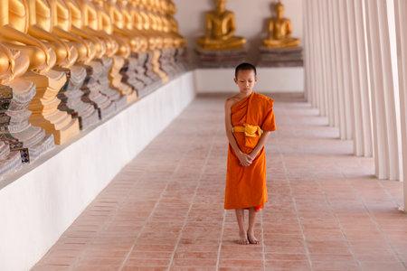 Young novice monk walking for meditation at Wat Phutthai Sawan temple, Ayutthaya, Thailand Standard-Bild