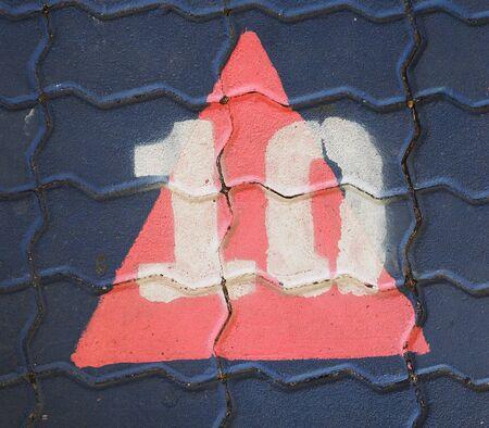 numero diez: El número diez en un triángulo está en el patio de recreo sendero. Foto de archivo