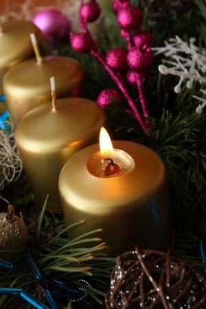 Karácsonyi Adventi gyertya, zöld gallyat Stock fotó