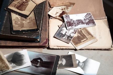 pamiętaj: Stare fotografie i książki. Zdjęcie Seryjne