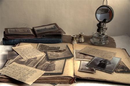 Gros plan d'anciennes photos, des lettres et des livres.