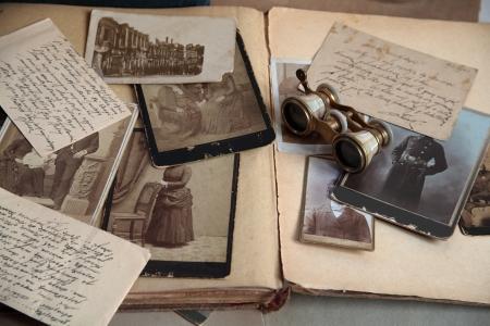 Primo piano di vecchie foto, lettere e libro. Archivio Fotografico