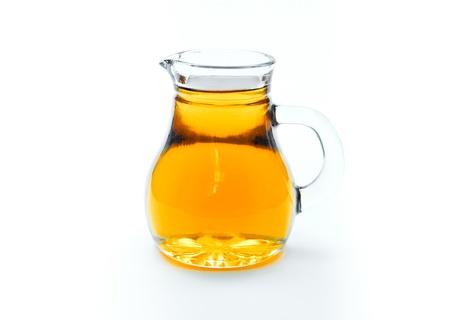 aceite de cocina: El aceite de argán en un decantador aislado sobre fondo blanco
