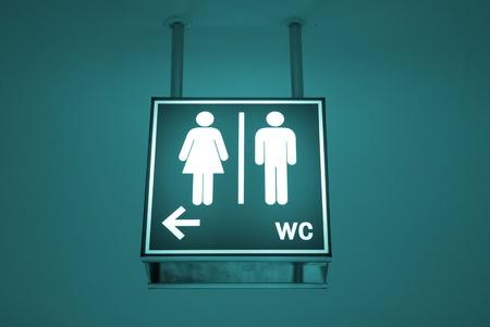 wc: Männer und Frauen WC Schild mit einem Pfeil zeigt Richtung Lizenzfreie Bilder