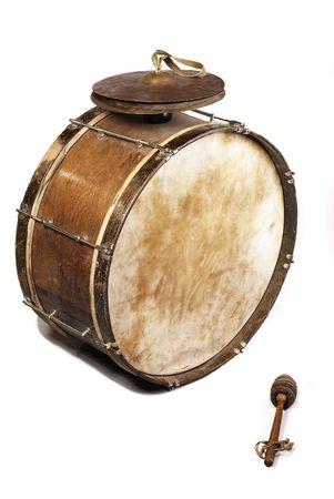 drums: El viejo, sabio del mundo-, mal, polvoriento bombo de una banda de viento y un batidor