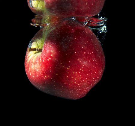 reflexion: La manzana roja caer en el agua y su reflexi�n Foto de archivo