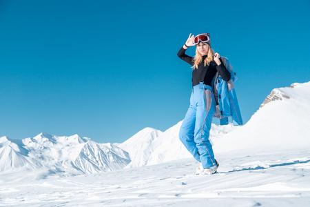 Portret van een vrouw in ski-outfit. Portret van vrolijke blonde vrouw in skiresort