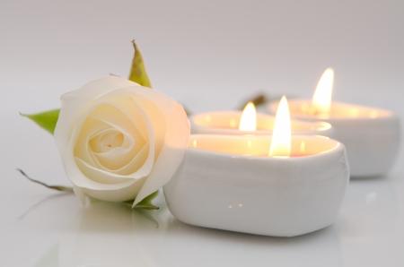 Rose blanche et des bougies en forme de coeur Banque d'images - 16686811
