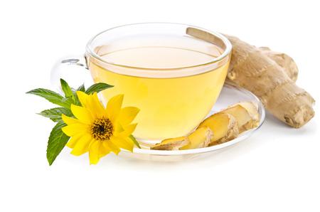 jengibre: Taza de té con rodajas de jengibre y flor de Echinacea cerca aisladas sobre fondo blanco Foto de archivo