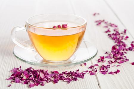 Rose thé et de pétales séchés sur blanc table en bois Banque d'images - 49212231