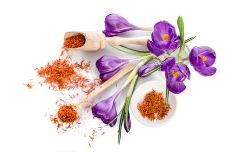 白い背景に分離されたサフラン クロッカスの花