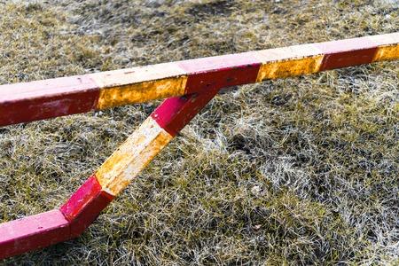 schlagbaum: Horizontale lebendige orange Strahlungsbarriere Gefahrenzone, Hintergrund Lizenzfreie Bilder
