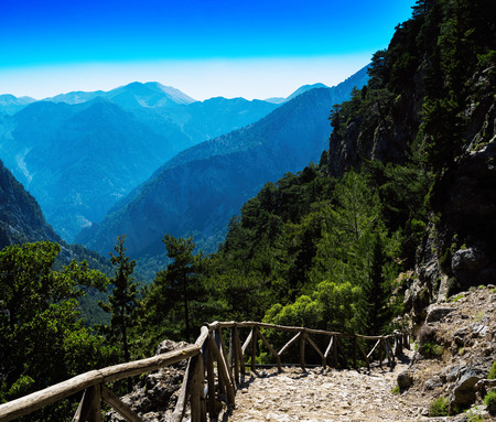 down the stairs: Square vívido paisaje de montaña abajo escaleras telón de fondo Foto de archivo