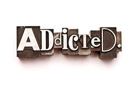 interventie: Het woord Addicted gefotografeerd met behulp van vintage boekdruk type Stockfoto