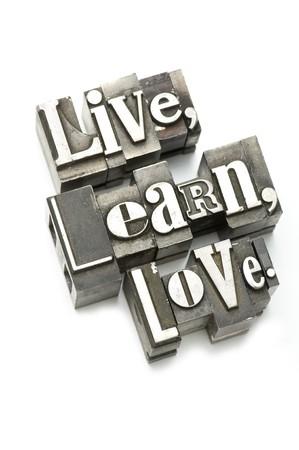 uplifting: La frase vivir, aprender, Amor fotografiada utilizando el tipo de cosecha letterpress con enfoque superficial.