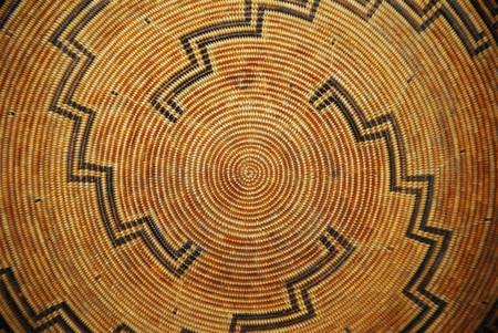 A Native American patroon geweven mand Stockfoto