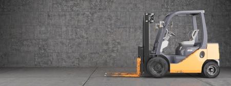 montacargas: Carretilla elevadora industrial sucio en la pared de fondo