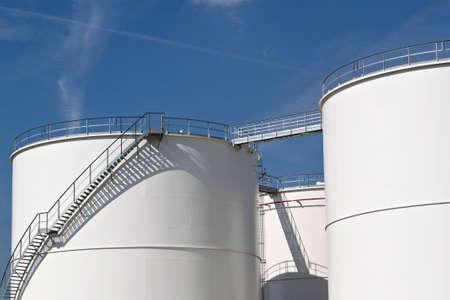 refiner�a de petr�leo: Los tanques de almacenamiento