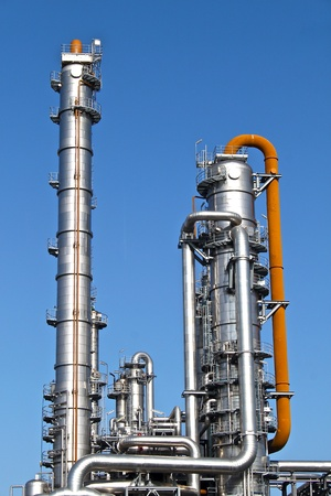 chemical plant: Distillatietorens bij een chemische fabriek