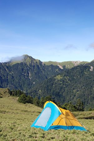 Das Zelt auf sogar Campingplatz in H�he mit sch�nen Landschaft Berg.