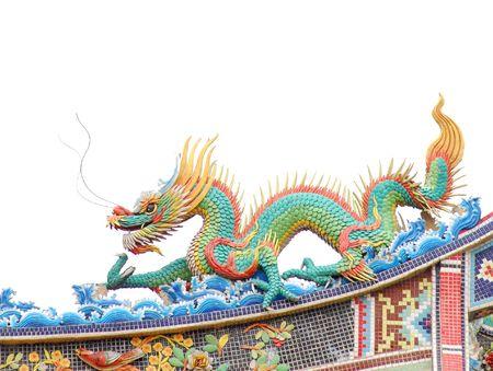 taoisme: Chinese draak op taoism tempel dak met een witte achtergrond.