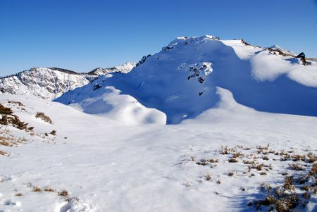 Verschneite Berglandschaft.