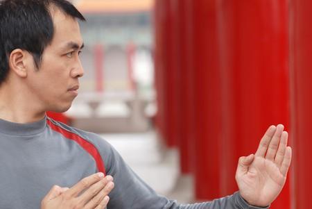 Asian Man Praxis chinesischen Kung-Fu mit Angriff darstellen.  Lizenzfreie Bilder