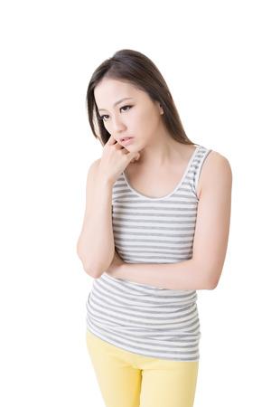 Depressive junge asiatische Frau auf wei�em Hintergrund